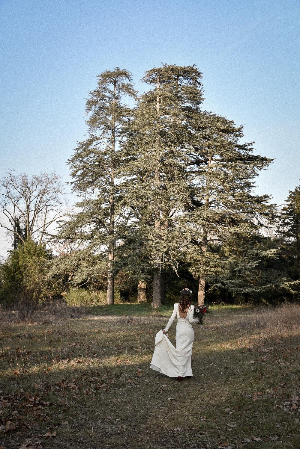 Shoot d'inspiration mariage Hivernal Photographe Anais Armand Petrier , robe modèle bonnie fluide manches longues , dentelle bas de manches avec une traîne